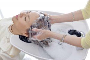 整髪料を落とす-美容師が教える「頭皮の臭いを抑えるシャンプーの洗い方」