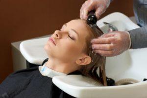 洗い流す-美容師が教える「頭皮の臭いを抑えるシャンプーの洗い方」