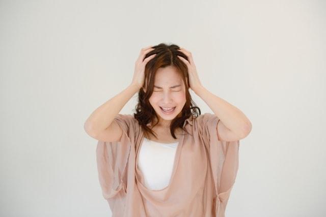 髪の臭いに悩む女性